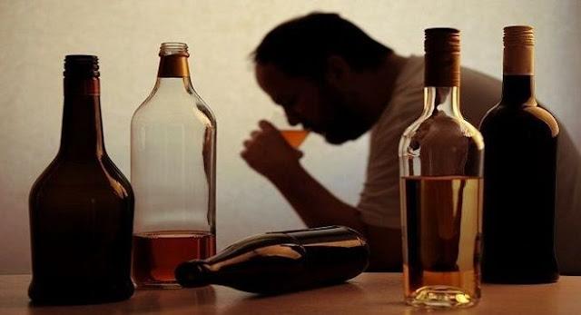 Homem com disfunção erétil excesso de álcool abusivo