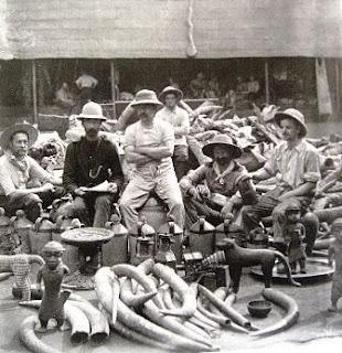 βρετανοί στρατιώτες με λεηλατημένα αντικείμενα το 1897 στην Αφρικήστο Βρετανικό Μουσείο