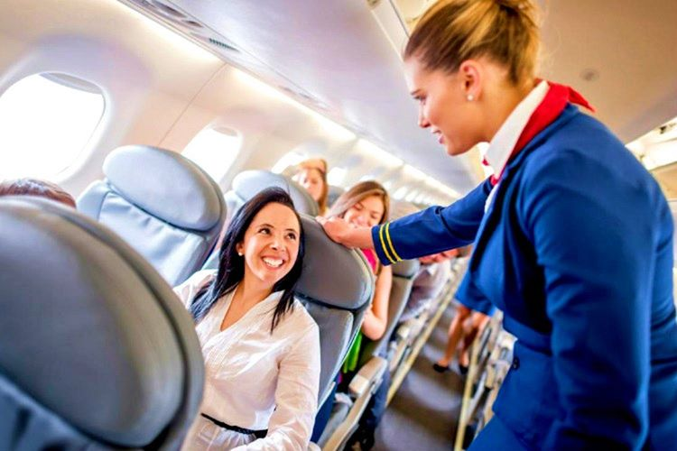 Uçak kabin görevlisi size yardımcı olmak için vardır, o yüzden konuşurken saygılı davranmalısınız.