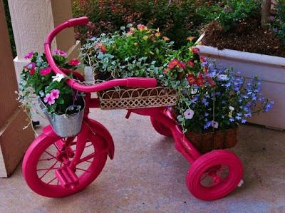 triciclo y macetero al mismo tiempo.