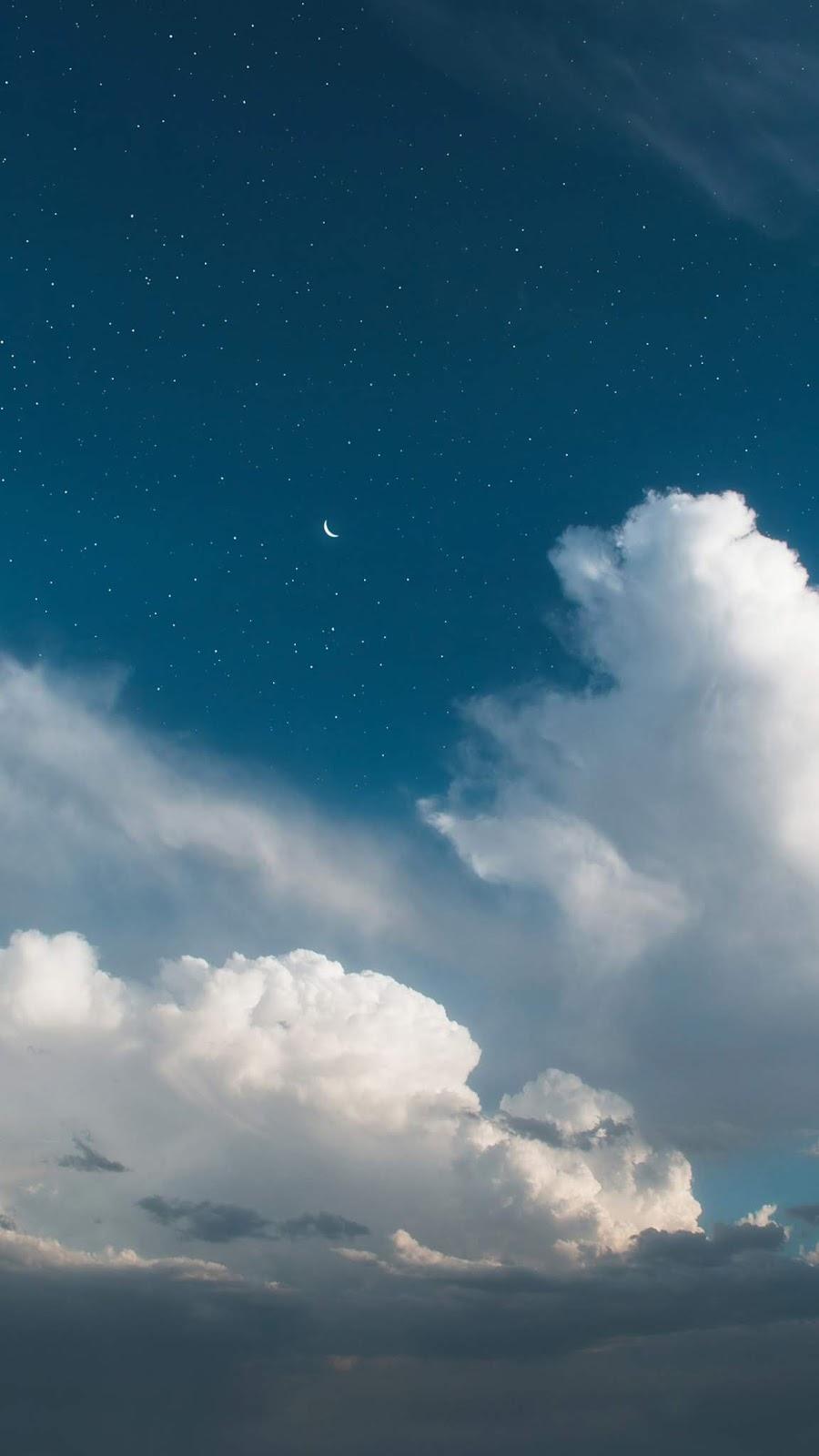 Mặt trăng khuyết trên bầu trời sao