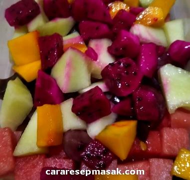 Potong semua buah dengan hasil potongan berbentuk dadu