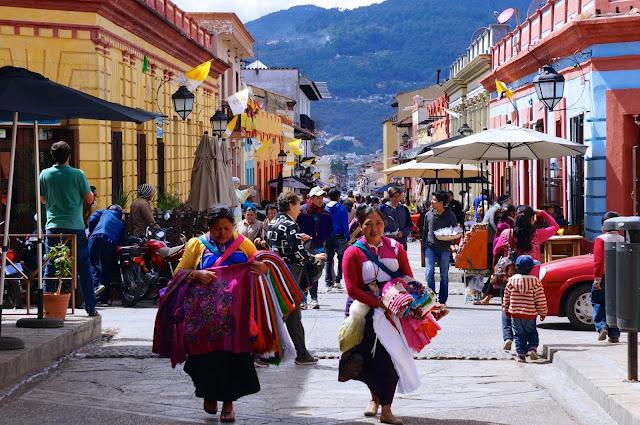 San Cristóbal, que se encuentra en el centro de México, en el estado de Chiapas, a una altitud de 2100 m sobre el nivel del mar, en un pintoresco valle. Aquí por las noches es notablemente fresco y fresco, después de la ciudad cargada de Tuxtla Gutiérrez, es como un soplo de aire fresco.