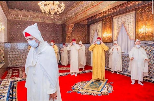 عاجل وبالصورة...الملك محمد السادس يؤدي ليلة القدر داخل القصر في إحترام تام لتدابير الوقاية الإحترازية والحجر الصحي✍️👇👇👇