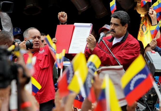 Maduro firma un decreto para elegir Asamblea aprobará nueva Constitución