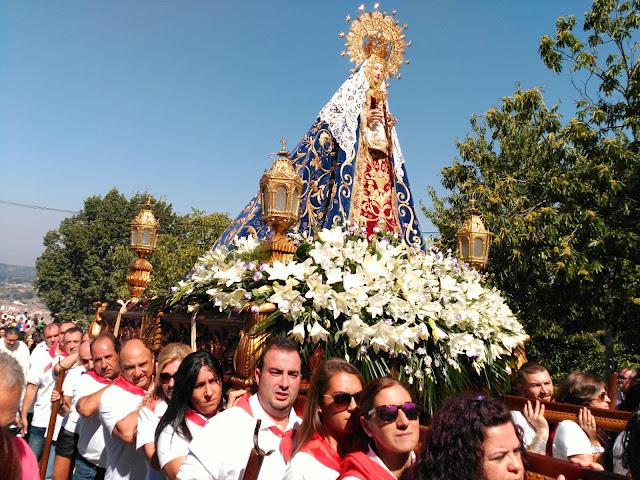 Miembros de las peñas portando la imagen de la virgen