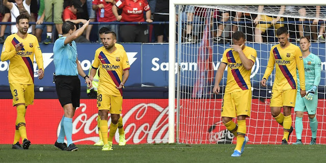 Two Barcelona faces hard in the enclosure outside Lesu