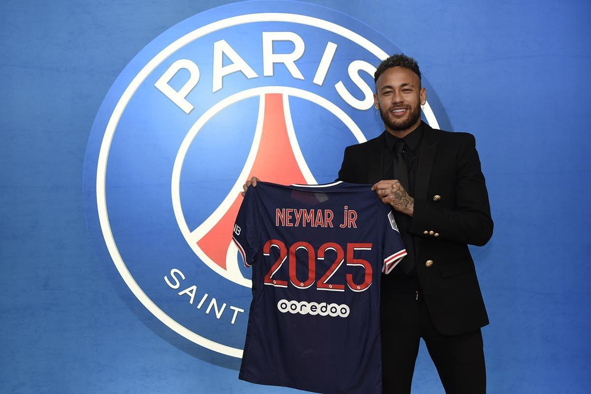 رسميا وقع  نيمار عقدًا لمدة 3 سنوات مع باريس سان جيرمان .