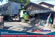 Diduga Ngantuk, Sopir Truk Kontainer Tabrak Warung Depan Brigif Jember