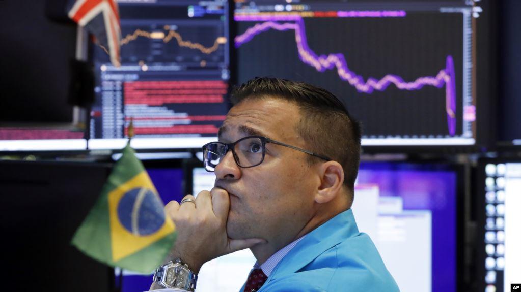El especialista Paul Cosentino en la Bolsa de Valores de Nueva York, el lunes 5 de agosto de 2019 / AP /Richard Drew