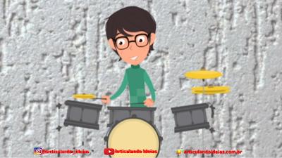 Menino feliz tocando bateria