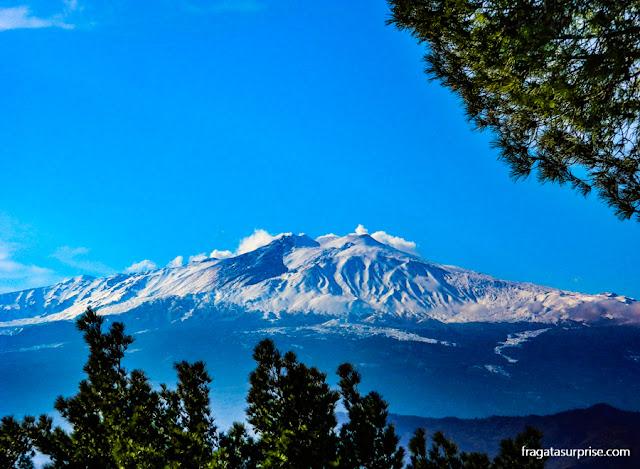 O Vulcão Etna visto de Castelmola, Sicília