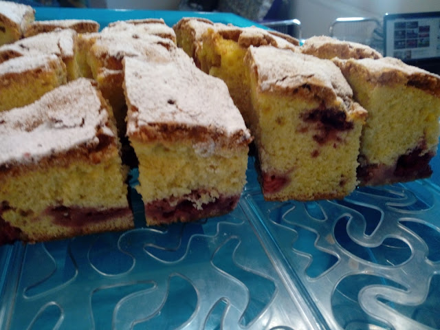 ciasto z truskawkami ucierane ciasto z truskawkami ciasto na oleju proste ciasto z owocami