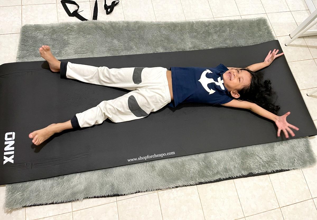 keponakanku mencoba matras yoga