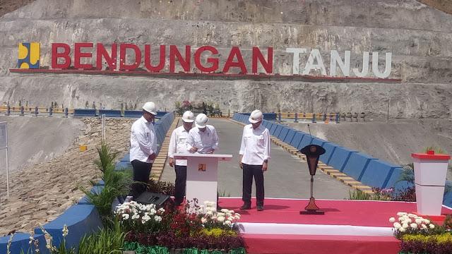 Presiden RI Ir H. Joko Widodo saat meresmikan bendungan (dam) Tanju