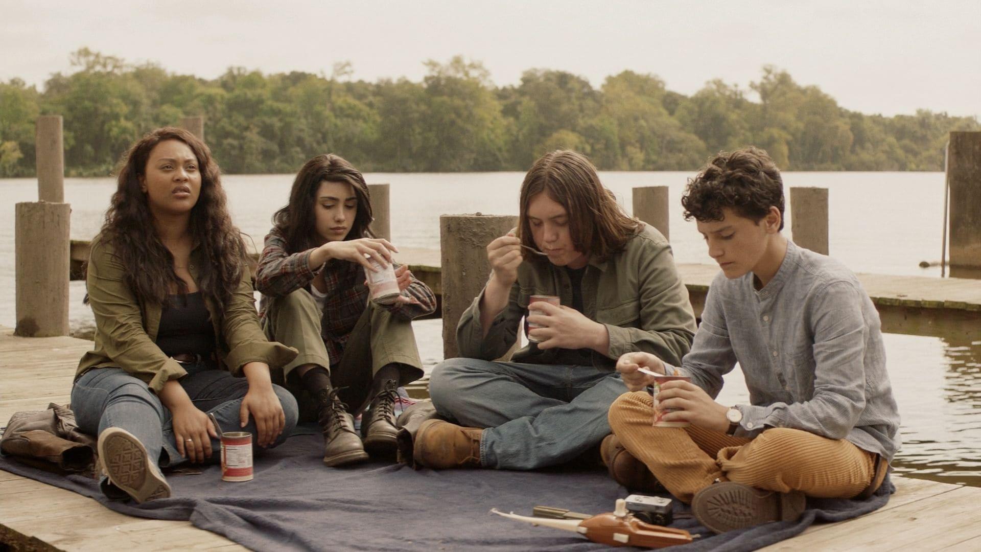 Iris, Hope, Silas y Elton comen mientras hablan con Felix y Huck en el episodio 1x03 de The Walking Dead: World Beyond
