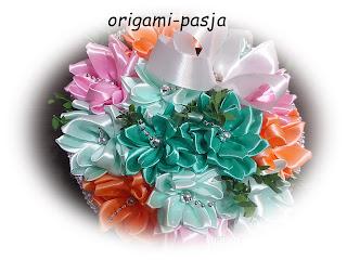 Kwiaty ze wstązki, kosz wiklinowy, z papierowej wikliny.