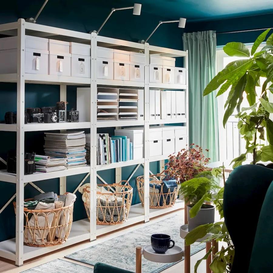 Orden en casa en librerías con cajas y cestas