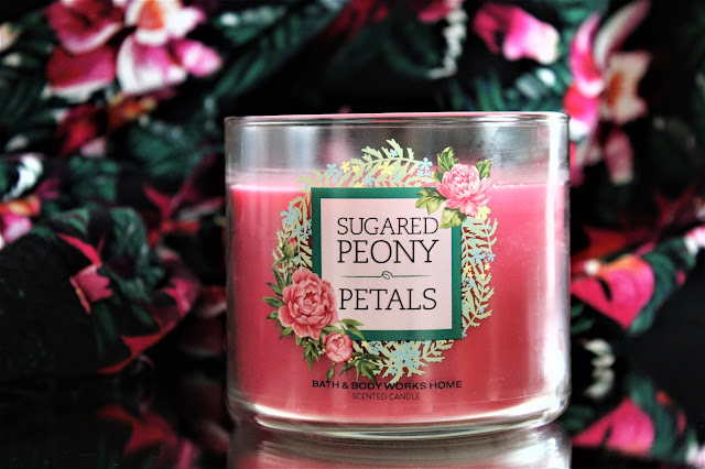Sugared Peony Petals Bath and Body Works avis, sugared peony petals, peony perfume, pivoine, bougie parfumée 3 mèches, bougie parfumée américaine, bath and body works france, acheter bougie bath & body works, revue bougie, blog parfum, bougie parfumée fleurie