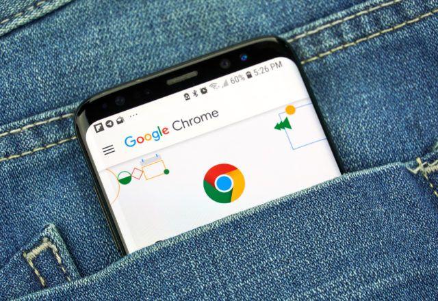 Google Chrome sur un écran de téléphone dans une poche