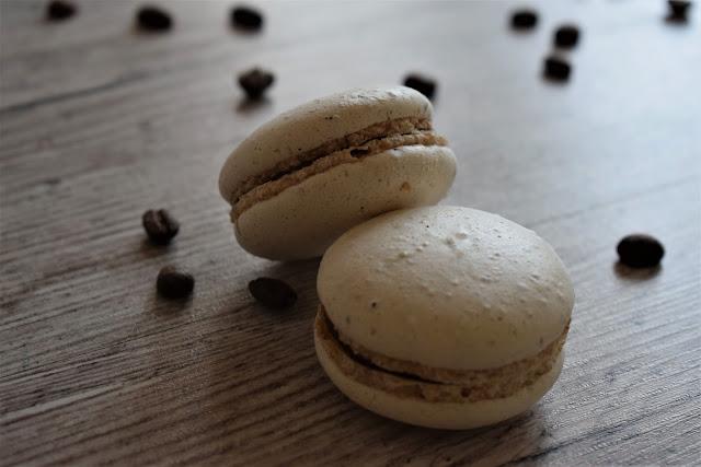 Macarons  con ganache di cioccolato e fragole