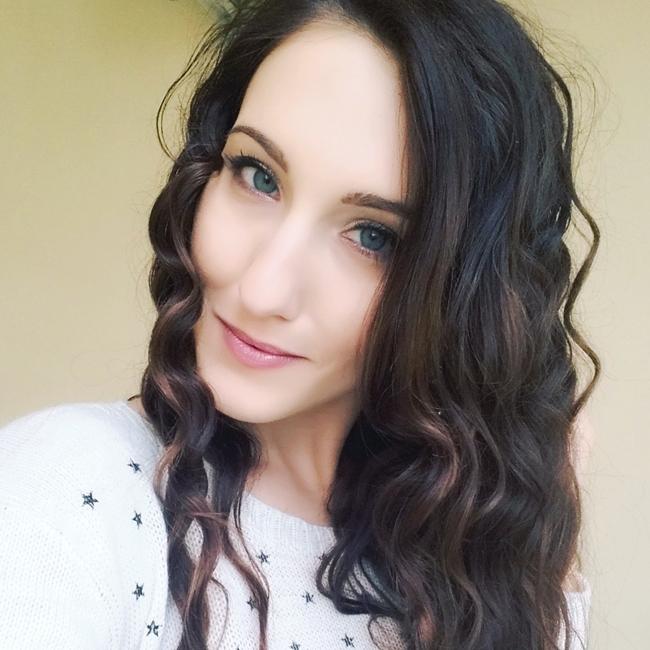 Jelena Zivanovic Instagram @lelazivanovic.Glam fab week.Curly hair brunette selfie.Kovrdzava kosa brineta.