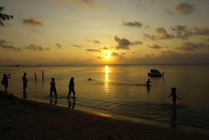 Menikmati sunset di tepian Pantai Laendra Karimunjawa