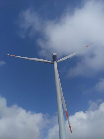 Hình chụp cận cảnh một turbine gió