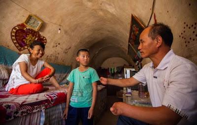 Pria Tanpa Jari Tangan dan Kaki Ini Mengabdikan Hidupnya Untuk Mengajar Anak-anak Terlantar
