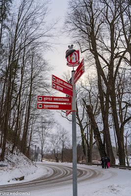 Czerwony Klasztor (Słowacja), drogowskaz ubrany w kapelusik