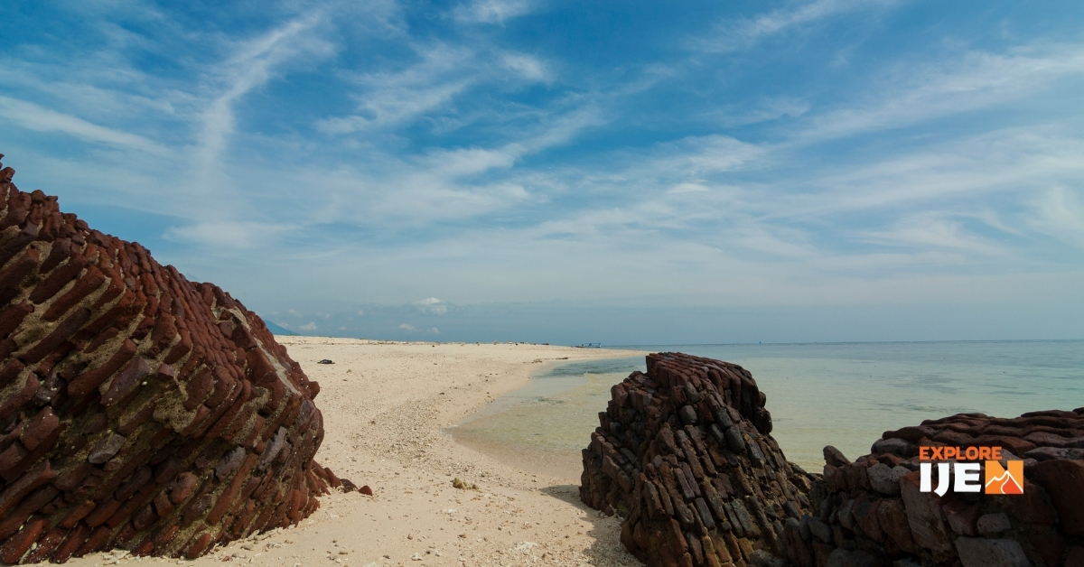 pasir putih pantai pulau Tabuhan Banyuwangi