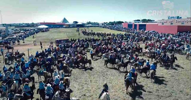 Desfile em honra ao Divino Espírito Santo em Cristalina Goiás