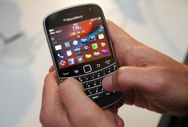 Research In Motion acaba de anunciar el lanzamiento de cinco nuevos smartphones basados en BlackBerry 7, el mayor lanzamiento en la historia de la firma canadiense: dos modelos BlackBerry Bold y tres BlackBerry Torch. Los nuevos dispositivos saldrán a la venta de la mano de 225 operadores en todo el mundo. Los nuevos smartphones BlackBerry Bold 9900 y 9930 son los más delgados de la serie y ofrecen teclado grande y pantalla táctil brillante. El smartphone BlackBerry Torch 9810 combina pantalla táctil grande y teclado deslizante, mientras que los smartphones BlackBerry Torch 9850 y 9860 exhiben un diseño táctil con
