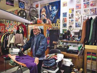Il proprietario di Aldo Strasse stira nel suo negozio