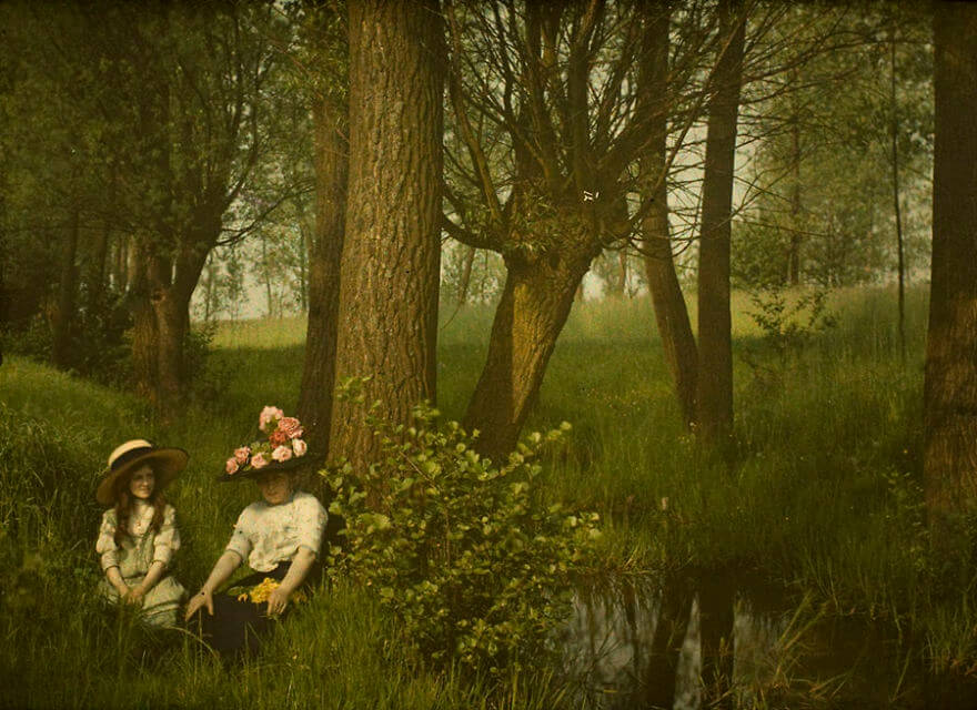 40 Old Color Pictures Show Our World A Century Ago - Woman And Girl By A Brook, 1910