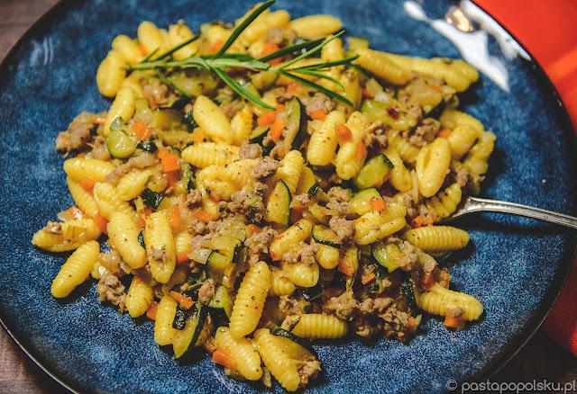 Makaron Gnocchetti z sosem z cukinii i kiełbasy Salsiccia.