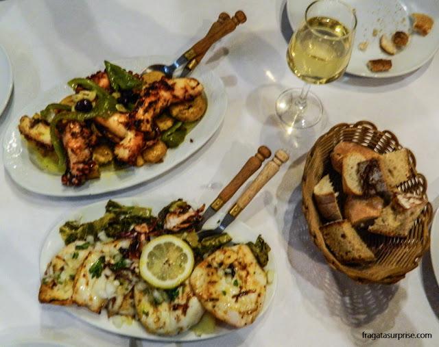 Polvo e lula servidos na brasa no Restaurante Quelha, em Amarante, Portugal