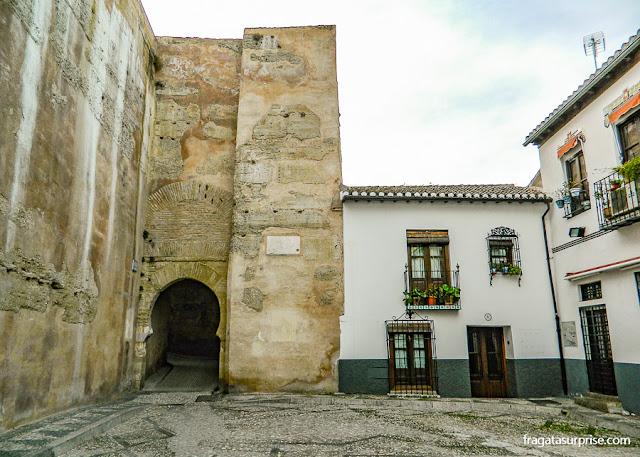 Porta de Las Pesas, entrada do bairro mouro do Albaicín, em Granada