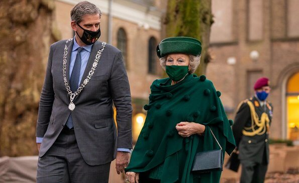 Princess Beatrix has been patron of the Tree Foundation since 1992. Princess wore a green jacket a skirt suit. Diamond tree brooch and necklace