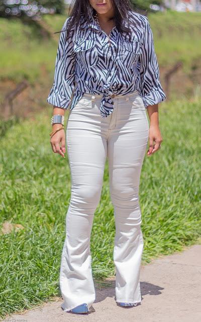 Calça flare branca + camisa animal print