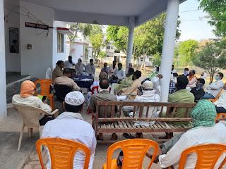 एट पुलिस द्वारा सोशल डिस्टेंसिंग का पालन करते हुए मुस्लिम धर्मगुरूओं के साथ पीस कमेटी की मीटिंग    Peace Committee meeting with Muslim religious leaders following social distancing by Ait Police         संवाददाता, Journalist Anil Prabhakar.                 www.upviral24.in