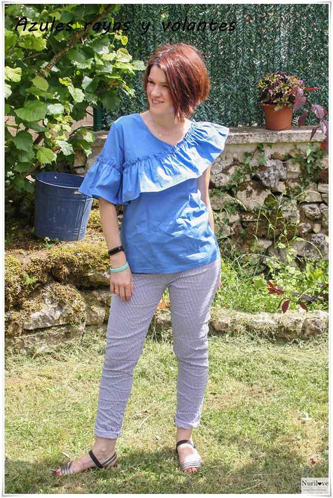 Un look en azules combinando volantes con rayas