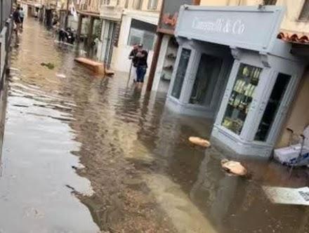 Κορσική : Δεκάδες καταστήματα πλημμύρισαν στην πόλη Bonifacio ύστερα από την απότομη άνοδο της θαλάσσιας στάθμης