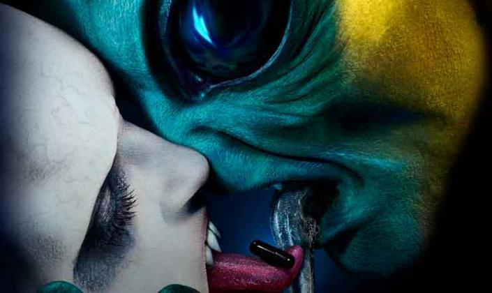 Imagem de capa: uma criatura pálida e magra com dentes afiados beijando um alienígena verde de enormes olhos pretos com uma longa língua verde-escura.