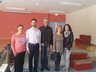 Ο Βαγγέλης, η Ειρήνη Τρομπέτα εκπρόσωπος του ΣΚΕΠ, ο Διευθυντής του σχολείου και οι δασκάλες των τάξεων