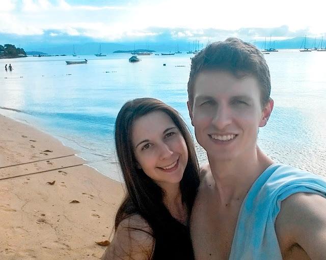 Casal fazendo selfie em frente a praia