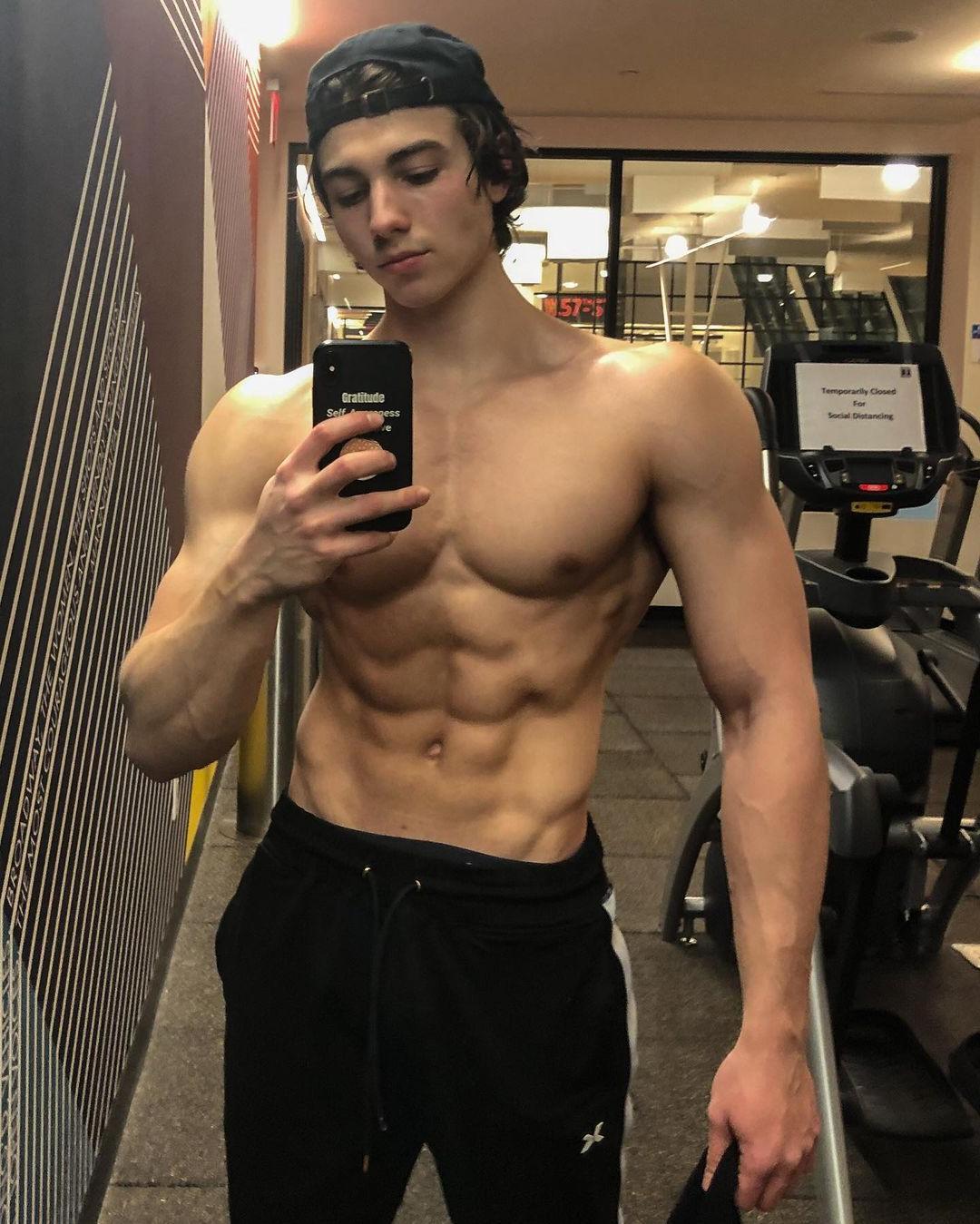 skinny-guys-broad-shoulders-eric-abrons-shirtless-cute-gym-boy-abs-selfie