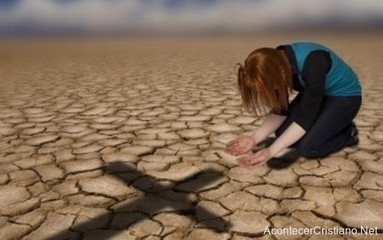 Mujer orando en el desierto