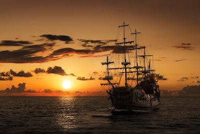 Nave pirata in mare aperto al tramonto. Immagine rappresentativa della Queen Anne's Revenge