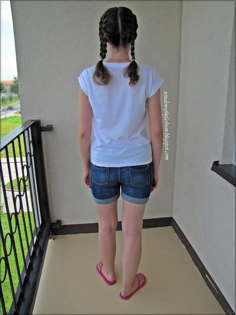 Biały T-shirt, jeansowe szorty, różowe japonki, dwa dobierane warkoczyki